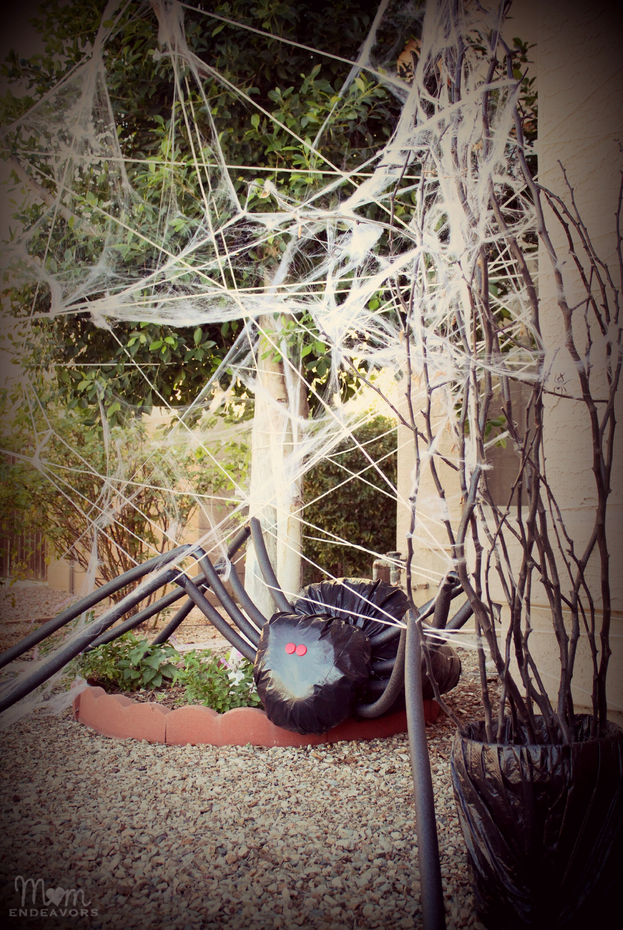 Diy halloween yard decor giant spider in spiderweb for Front yard decor