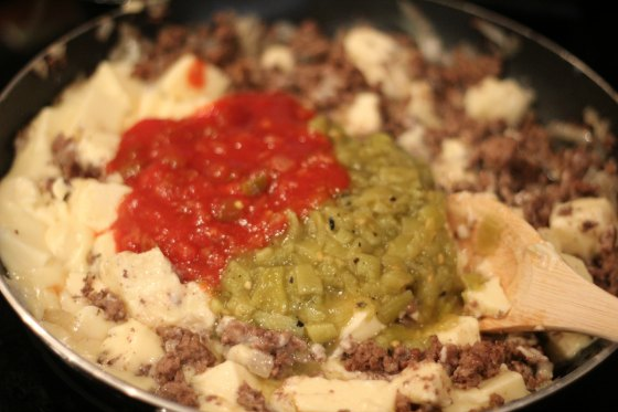 Making chile con queso dip
