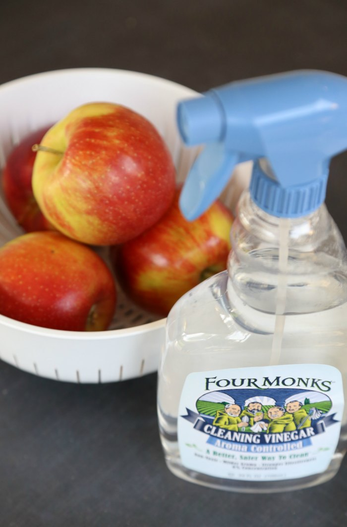 Cleaning fruit with vinegar